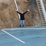 Die Bauherrin schaut in die Baugrube